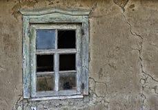 Ventana en una casa ruinosa vieja Foto de archivo