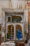 Ventana en una casa vieja, paredes de ladrillo con yeso que desmenuza Imagen de archivo libre de regalías