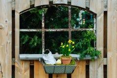 Ventana en una cerca de madera del jardín Fotografía de archivo libre de regalías