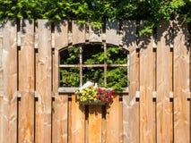 Ventana en una cerca del jardín Fotos de archivo libres de regalías