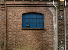 Ventana en una fachada del ladrillo Fotos de archivo libres de regalías