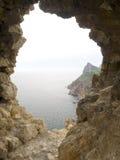 Ventana en una fortaleza de piedra vieja Foto de archivo