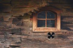 Ventana en una iglesia rumana de madera Imagen de archivo libre de regalías