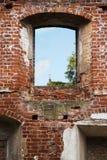 Ventana en una pared de ladrillo de una ruina del monasterio con objeto del SM Fotos de archivo libres de regalías