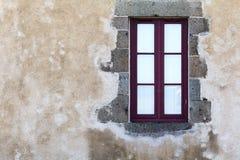 Ventana en una pared rústica Imagenes de archivo