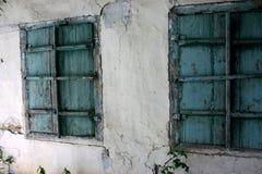 Ventana en una vieja textura del fondo de la casa imagen de archivo