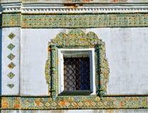 Ventana enmarcada con las tejas de mosaico antiguas coloridas Monasterio stauropegic de Nicholas Vyazhischsky, Veliky Novgorod, R Imágenes de archivo libres de regalías