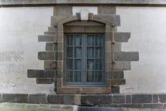 Ventana enmarcada maravillosamente de piedra de la clase foto de archivo