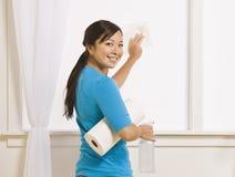 Ventana femenina asiática atractiva de la limpieza Imagen de archivo libre de regalías