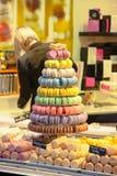 Ventana francesa de la tienda del macaron foto de archivo