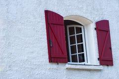 Ventana francesa tradicional en una casa rural con los obturadores de madera fotografía de archivo libre de regalías