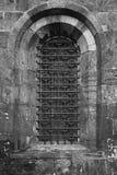 Ventana gótica vieja de la iglesia fotos de archivo