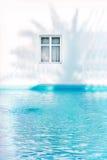 Ventana griega con la sombra de la palma fotografía de archivo libre de regalías