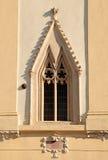 Ventana gótica en la pared de la iglesia Fotos de archivo libres de regalías
