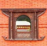 Ventana hermosa en pared de ladrillo roja de un templo budista público Imagen de archivo