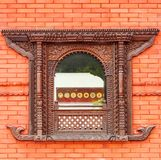 Ventana hermosa en pared de ladrillo roja de un templo budista público Fotos de archivo