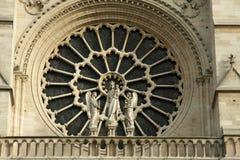 Ventana manchada de la fachada de Notre Dame en París Imagenes de archivo