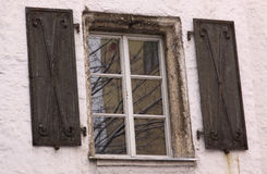 Ventana medieval en el edificio viejo Imagen de archivo libre de regalías