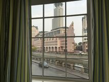 Ventana moderna con las cortinas en sitio foto de archivo libre de regalías