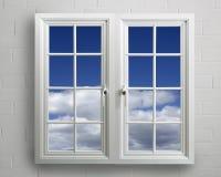 Ventana moderna del pvc del blanco con vista del cielo azul Foto de archivo