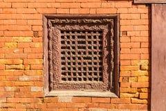 Ventana nepalesa tradicional de madera vieja en pared de ladrillo nepal imagen de archivo