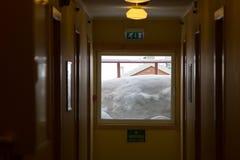 Ventana nevada del hotel en Longyearbyen, Spitsbergen (S Imagen de archivo libre de regalías