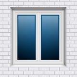 Ventana plástica en la pared de ladrillo blanca del exterior Imágenes de archivo libres de regalías