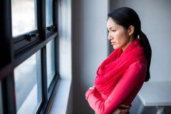 Ventana que hace una pausa de la mujer pensativa en oficina Fotografía de archivo libre de regalías