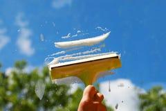 Ventana que se lava de la mano. Foto de archivo libre de regalías