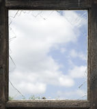 Ventana quebrada con el viejo marco de madera Foto de archivo libre de regalías
