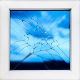 Ventana quebrada con la reflexión del cielo Fotos de archivo