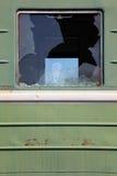 Ventana quebrada del tren oxidado viejo imagen de archivo