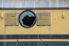 Ventana quebrada del tren viejo imagenes de archivo
