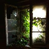 Ventana quebrada en el edificio abandonado fotografía de archivo