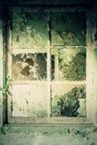 Ventana quebrada en el edificio abandonado Foto de archivo