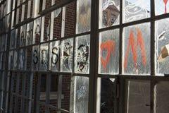 Ventana quebrada en el edificio abandonado Imagen de archivo libre de regalías