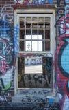 Ventana quebrada en el edificio abandonado Fotos de archivo