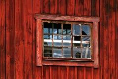 Ventana quebrada en granero rojo Imagen de archivo libre de regalías