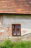 Ventana quebrada en la casa Fotografía de archivo