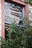 Ventana quebrada en un edificio abandonado Fotografía de archivo