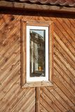 Ventana quebrada en un edificio de madera abandonado fotos de archivo