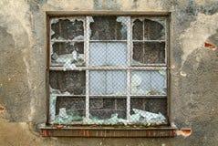 Ventana quebrada en un edificio industrial viejo Imagen de archivo