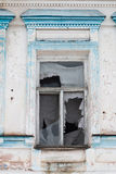 Ventana quebrada en un edificio ruso viejo Imagen de archivo