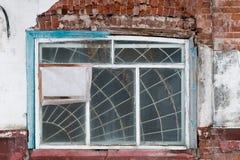 Ventana quebrada en un edificio ruso viejo Imagenes de archivo