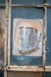 Ventana quebrada en un edificio viejo fotografía de archivo libre de regalías