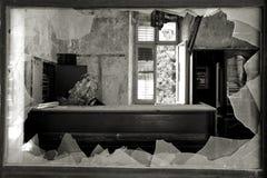 Ventana quebrada en un hotel abandonado Fotografía de archivo libre de regalías