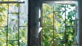 Ventana quebrada en una casa abandonada Concepto: devastación, depresión almacen de metraje de vídeo