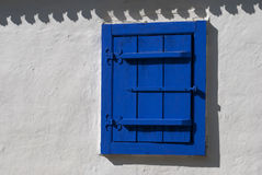 Ventana rústica azul Fotos de archivo libres de regalías