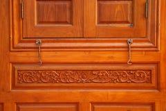 Ventana rústica cerrada con los obturadores exteriores de madera Imágenes de archivo libres de regalías