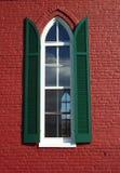 Ventana roja de la iglesia Foto de archivo